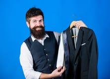 Dienst van de winkel de hulp of persoonlijke stilist Passende stropdasuitrusting De greepstropdassen van mensen gebaarde hipster  stock fotografie