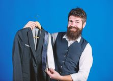 Dienst van de winkel de hulp of persoonlijke stilist Passende stropdasuitrusting De greepstropdassen van mensen gebaarde hipster  stock afbeeldingen