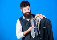 Dienst van de winkel de hulp of persoonlijke stilist Stilistraad De aanpassing van stropdas met uitrusting Greep van mensen de ge royalty-vrije stock foto's