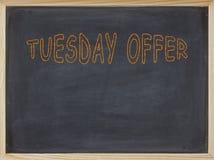 Dienstag-Angebotfleisch geschrieben auf eine Tafel Lizenzfreie Stockfotos