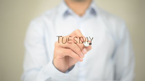 Dienstag, Mann-Schreiben auf transparentem Schirm Stockfotografie