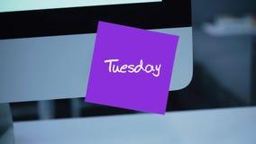 dienstag Tage der Woche Die Aufschrift auf dem Aufkleber auf dem Monitor lizenzfreie abbildung