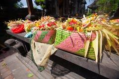 Dienstenaanbod aan goden in Bali Stock Afbeeldingen