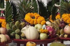 Dienstenaanbod van fruit in Wat Ming Muang royalty-vrije stock afbeelding