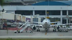 Dienstleistungen bereitet Flugzeug vor Flug im Flughafen vor stock footage