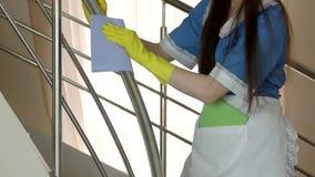 Dienstmeisje in handschoenen het werken