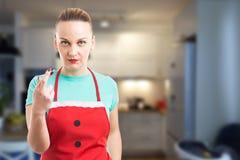Dienstmeisje of huishoudster die pechgebaar met vingerscr maken royalty-vrije stock afbeelding