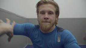 Dient de portret gebaarde mens die met een andere kerel worstelen, die van hem proberen te grijpen gymnastiek dichte omhooggaand  stock video