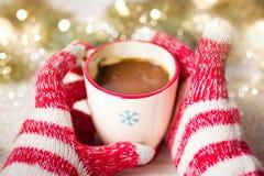 Dient de winterhandschoenen in houdend een kop van koffie Royalty-vrije Stock Afbeeldingen