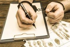 Dient handcuffs, vingerafdrukken in royalty-vrije stock afbeeldingen