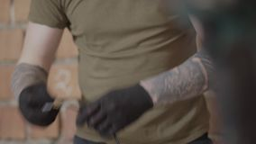 Dient handschoenen in die met elektrodraden met hulpmiddelen in workshop werken Concept hand productie De Craftmanwerken in a stock video