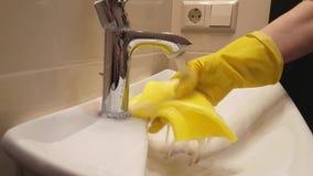 Dient handschoenen in wassen de huisvrouw van de gootsteenbadkamers stock footage