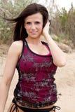 Dient het rode mouwloos onderhemd van de vrouw haar in Royalty-vrije Stock Afbeeldingen