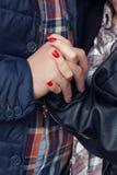 Dient liefde van het gelukkige paar samen in entrepot in Royalty-vrije Stock Afbeeldingen