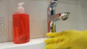 Dient van de het meisjegootsteen van de handschoenenwas schone sanitair in de ceramische badkamerswas in stock videobeelden