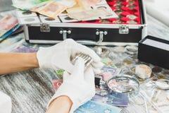 Dient witte handschoenen, verschillende Canadese dollars, numismatiekconcept in royalty-vrije stock fotografie