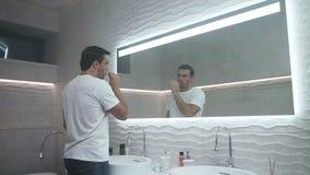 Diente de cepillado del hombre feliz en cuarto de baño Diente que lleva concentrado de la persona masculina almacen de video