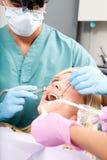 Diente de la perforación del dentista Imagen de archivo libre de regalías