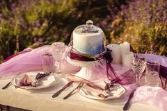 Diente festlich Tabelle mit Lavendelblumensträußen und -kuchen lizenzfreie stockfotografie