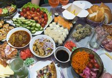 Diente schön Tabelle mit verschiedenen Restauranttellern lizenzfreie stockfotografie