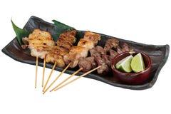 Dienten Japanisch-ähnliche gegrillte Hühneraufsteckspindeln Yakitori mit Huhn und innerem Organ mit geschnittenem Kalk stockfoto