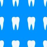 Dientes blancos en un fondo azul Fotos de archivo libres de regalías