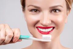 Dientes blancos y labios rojos Sonrisa femenina perfecta después de blanquear los dientes Imágenes de archivo libres de regalías