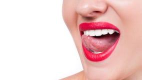Dientes blancos y labios rojos Sonrisa femenina perfecta después de blanquear los dientes Imagen de archivo