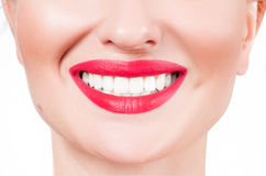 Dientes blancos y labios rojos Sonrisa femenina perfecta después de blanquear los dientes Fotos de archivo