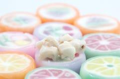Dientes de bebé encima de los dulces del caramelo Fotos de archivo libres de regalías