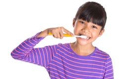Dientes de cepillado de la chica joven V Imagen de archivo