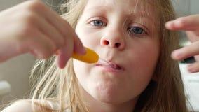 Dientes de cepillado del niño en casa en cuarto de baño almacen de video