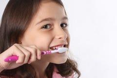 Dientes de la limpieza de la chica joven/del niño Imágenes de archivo libres de regalías