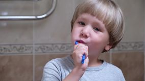 Dientes de la limpieza del niño pequeño solo Dientes que aplican con brocha almacen de metraje de vídeo