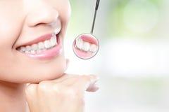 Dientes de la mujer y espejo de boca sanos del dentista Fotos de archivo libres de regalías