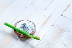 Dientes de limpieza y de iluminación con bicarbonato de sosa no tóxico natural fotos de archivo libres de regalías