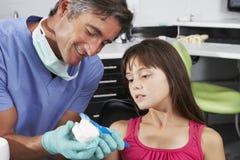 Dientes del cepillo de Demonstrating How To del dentista fotografía de archivo
