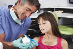Dientes del cepillo de Demonstrating How To del dentista imagen de archivo
