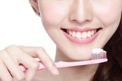 Dientes del cepillo de la mujer de la sonrisa Fotografía de archivo