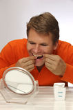 Dientes flossing del hombre Imagen de archivo libre de regalías