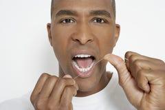 Dientes Flossing del hombre Foto de archivo libre de regalías