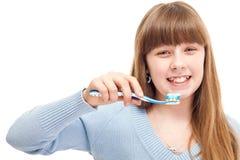 Dientes que aplican con brocha del adolescente Imagen de archivo libre de regalías