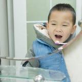 Dientes que aplican con brocha del muchacho Fotografía de archivo libre de regalías