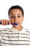 Dientes que aplican con brocha del muchacho Imagen de archivo libre de regalías