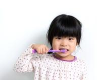 Dientes que aplican con brocha del niño Fotografía de archivo libre de regalías