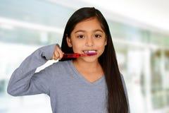 Dientes que aplican con brocha del niño Imagen de archivo libre de regalías