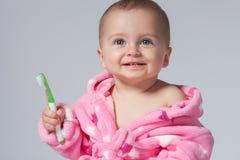 Dientes que aplican con brocha del niño Foto de archivo