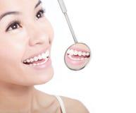 Dientes sanos de la mujer y un espejo de boca del dentista Fotos de archivo libres de regalías