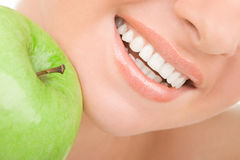 Dientes sanos y manzana verde Fotografía de archivo libre de regalías