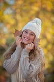 Dientes sonrientes felices en otoño Imágenes de archivo libres de regalías